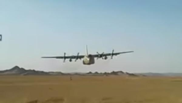 Americký C-130 proletěl metr nad armádu - Sputnik Česká republika