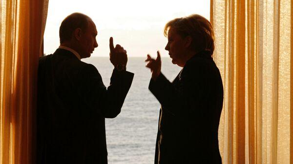 Ruský prezident Vladimir Putin a německá kancléřka Angela Merkelová - Sputnik Česká republika