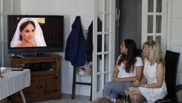 Ženy sledují přenos svatby prince Harryho a Meghan Markle - Sputnik Česká republika