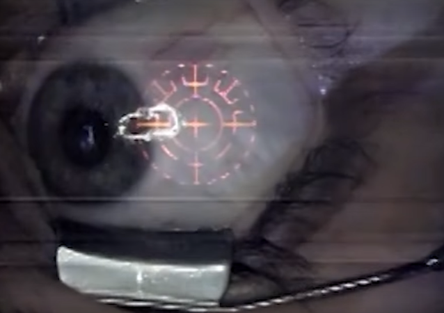 Nový oslepující trend: ženy si nechávají implantovat šperky přímo do očí