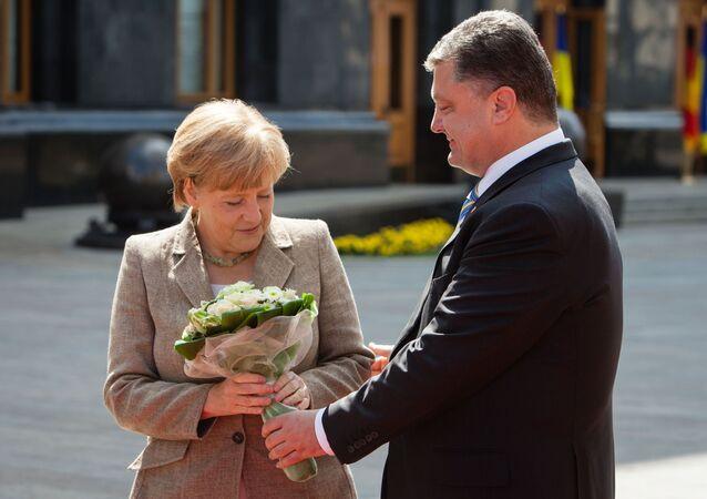 Německá kancléřka Merkelová a ukrajinský prezident Porošenko během setkání v Kyjevě