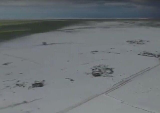Kroupy v Coloradu vytvořily ostrov z ledu. Kolem je jaro (VIDEO)