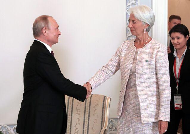 Ruský prezident Vladimir Putin a ředitelka Mezinárodního měnového fondu (MMF) Christine Lagardeová