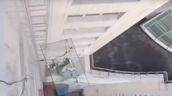 400kilogramové sklo padá ze 47. patra mrakodrapu! Šokující VIDEO - Sputnik Česká republika