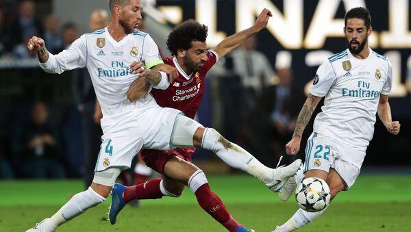 Mohamed Salah v souboji se Sergiem Ramosem při finále Ligy mistrů - Sputnik Česká republika