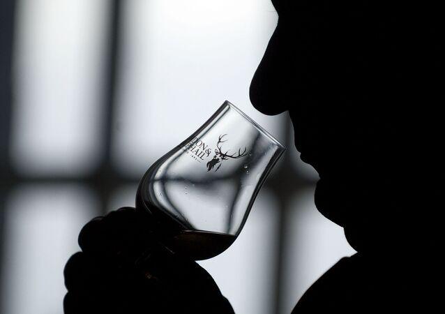 Muž pije skotskou whisky