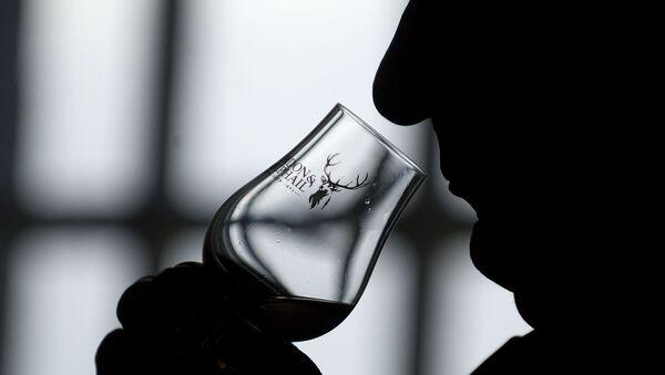 Muž pije skotskou whisky - Sputnik Česká republika