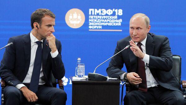 Emmanuel Macron a Vladimir Putin - Sputnik Česká republika