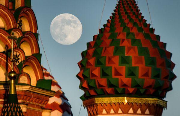 Katedrála sv. Bazila a měsíc v úplňku - Sputnik Česká republika
