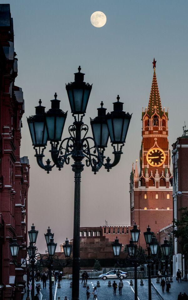 Spasská věž Moskevského Kremlu během úplňku - Sputnik Česká republika
