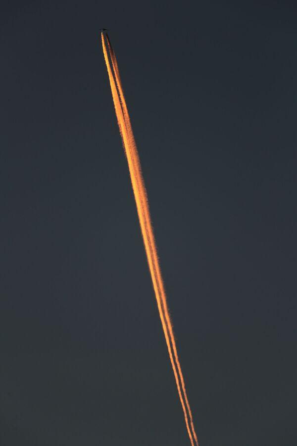 Letadlo při západu slunce během úplňku - Sputnik Česká republika