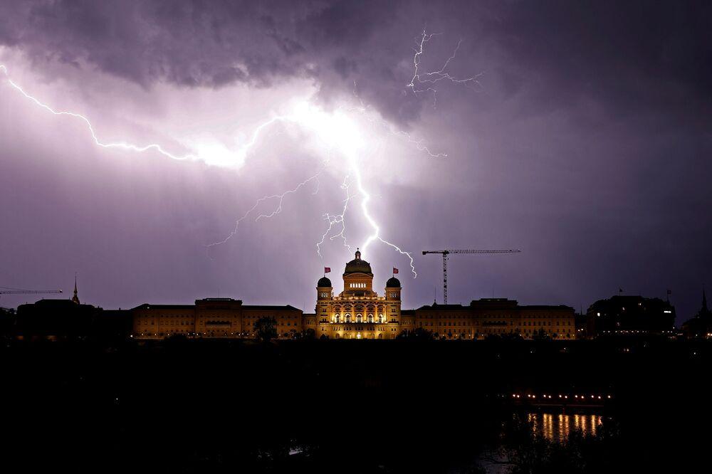Blesk osvětluje nebe nad Švýcarským spolkovým palácem