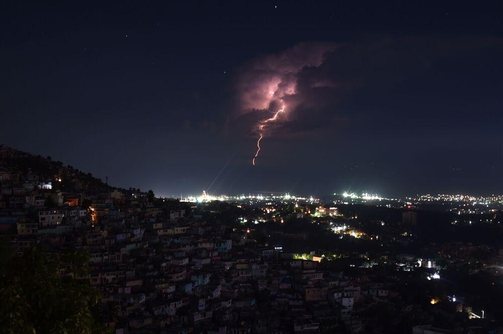 Ranní bouřka na pobřeží v Port-au-Prince, Haiti