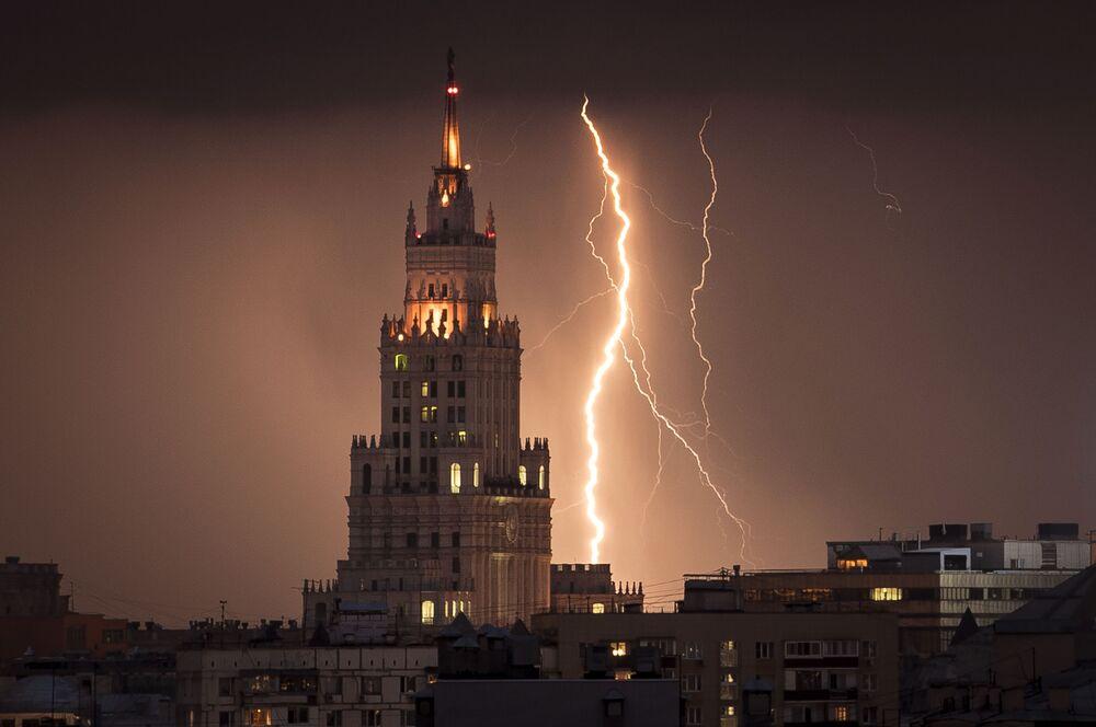 Blesky v blízkosti mrakodrapu ze stalinské éry v Moskvě