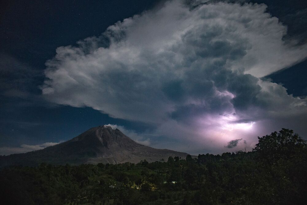 Třpytivé blesky nad sopkou Sinabung v Karo