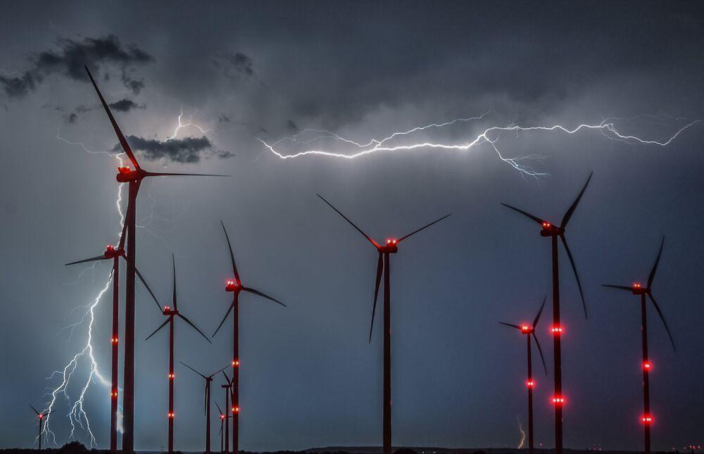 Blesky mezi větrnými mlýny na východě Německa