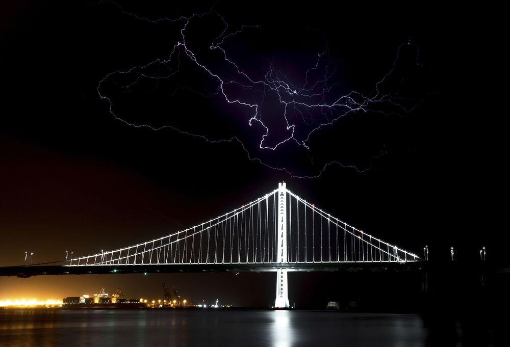 Údery blesku nad mostem Bay Bridge v San Franciscu, USA