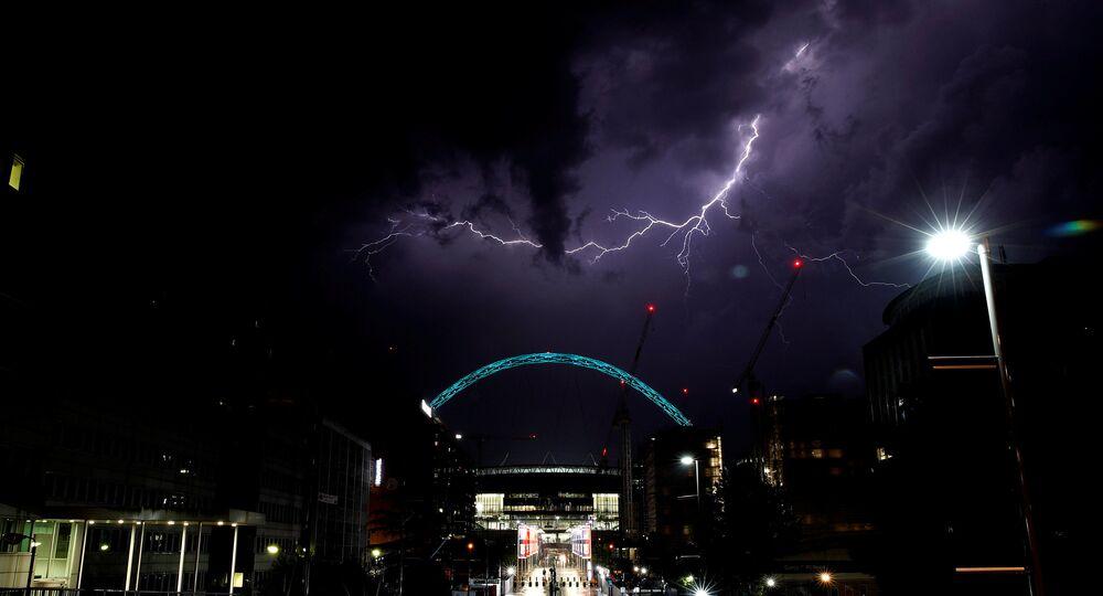 Blesk nad stadionem Wembley, Londýn