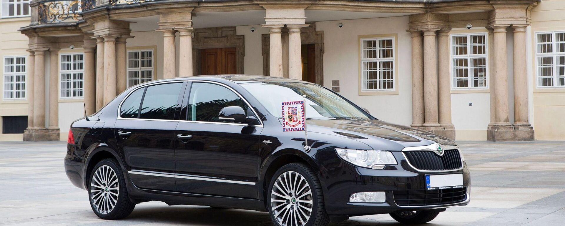 Automobilka Škoda darovala Zemanovi 3,6litrovou verzi Škoda Superb v maximální výbavě. Pro zmínku, na rozdíl od mnoha jiných hlav států Zeman na ní jezdí bez majáčku a průvodu - Sputnik Česká republika, 1920, 15.07.2021