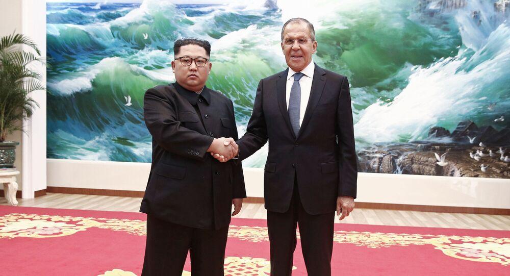 Ministr zahraničí Ruské federace Sergej Lavrov a vůdce Severní Koreje Kim Čong-un