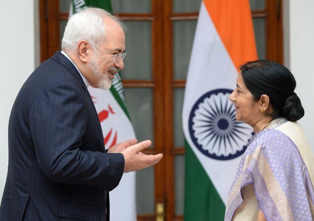 Indická ministryně zahraničí Sušma Svarádžová a její íránský protějšek Mohammad Džavád Zaríf během schůzky v Indii.