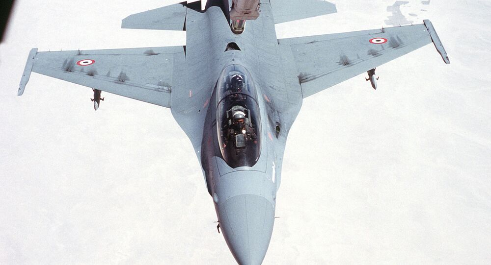 F-16 doplňuje palivo za letu