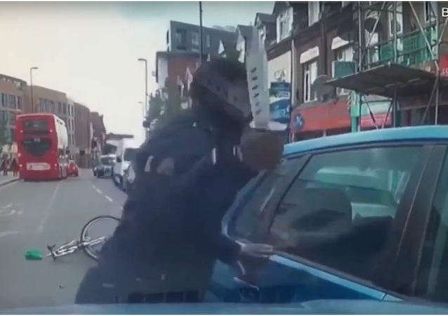V Londýně se cyklista pokusil podříznout řidiče auta, které o něj zavadilo