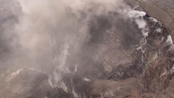 Dron natočil krátery velikosti 90 fotbalových hřišť na vrcholu sopky Kilauea - Sputnik Česká republika