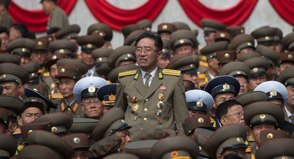 Diváci během přehlídky v Pchjongjangu