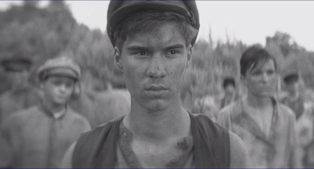 Záběr z filmu Nabarvené ptáče