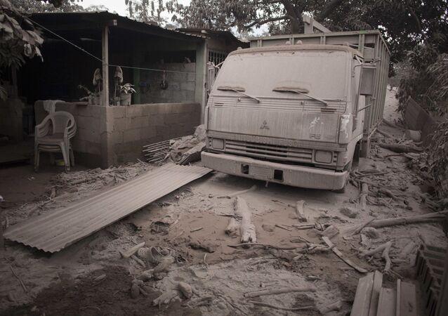 Náklaďák pokrytý popelem po erupci sopky Fuego v Guatemale
