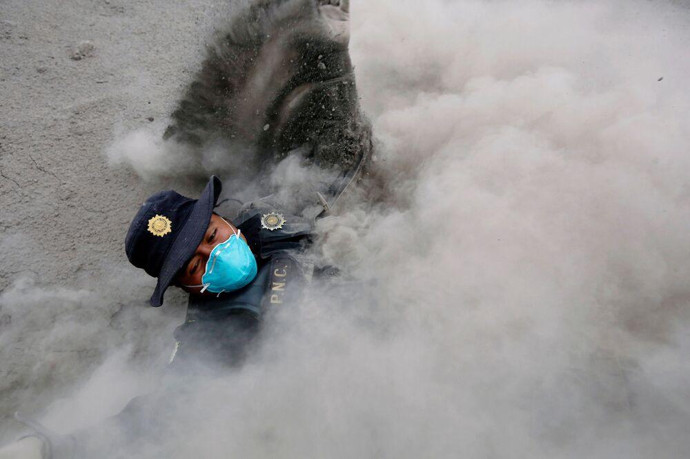 Policista zakopl při útěku od nových emisí popela