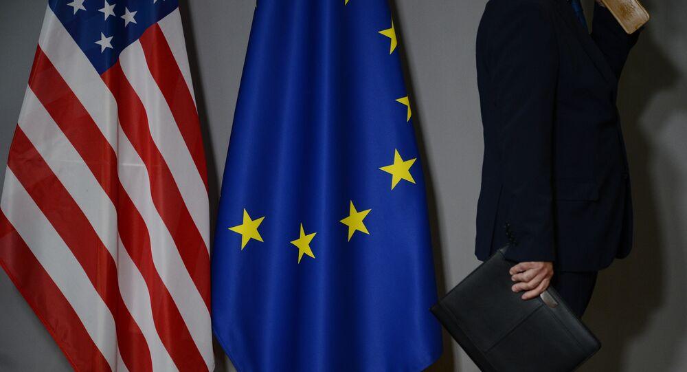 Vlajky USA a EU v Bruselu