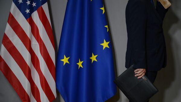 Vlajky USA a EU v Bruselu - Sputnik Česká republika