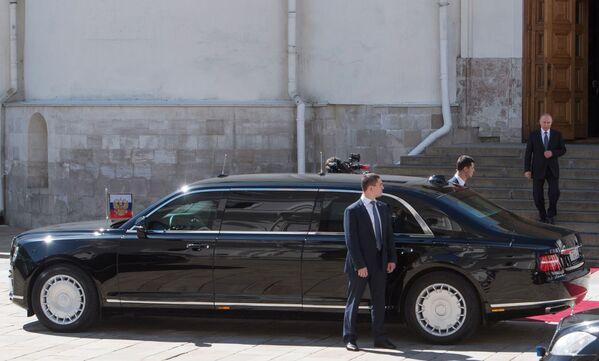 Ruský prezident Vladimir Putin sestupuje po schodech Chrámu zvěstování k autu Aurus - Sputnik Česká republika