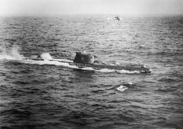 Sovětská ponorka B-59 míří k pobřeží Kuby během operace Anadyr v roce 1962