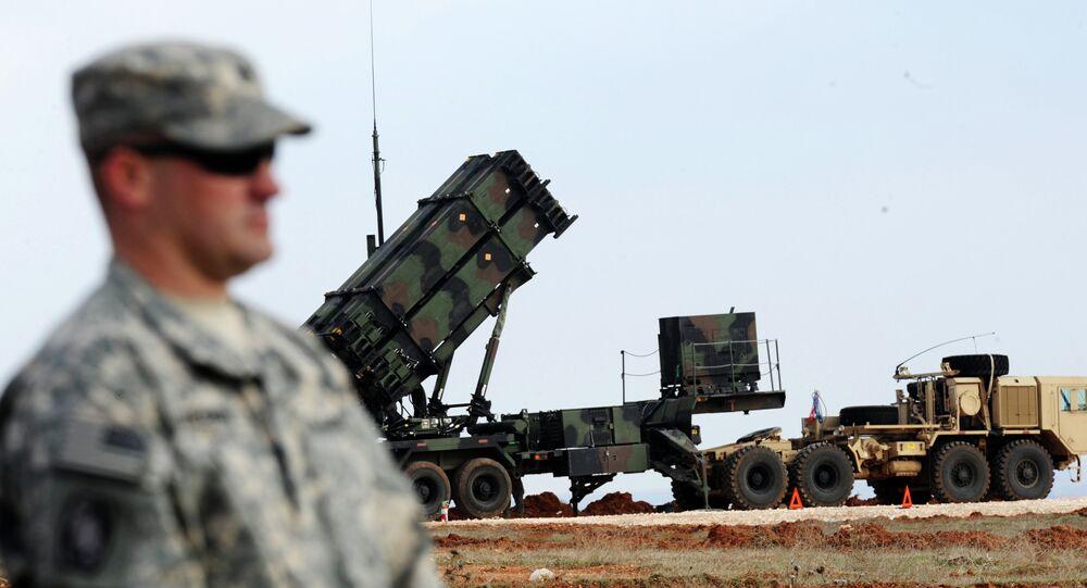 Americký voják vedle amerického raketového systému Patriot