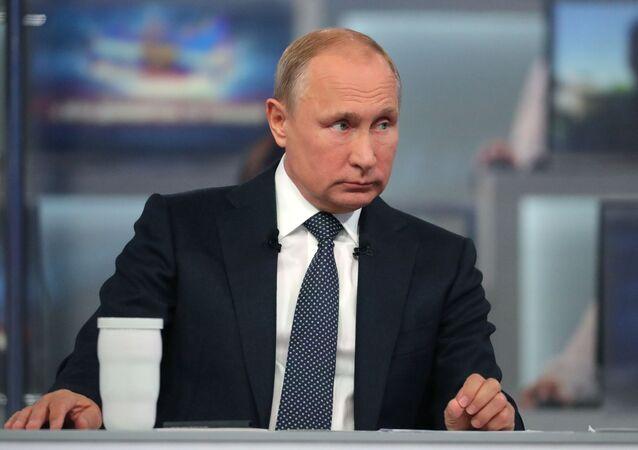 Ruský prezident Vladimir Putin během Přímé linky