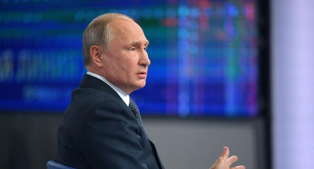 Ruský prezident Vladimir Putin odpovídá na otázky během Přímé linky