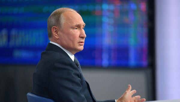 Ruský prezident Vladimir Putin odpovídá na otázky během Přímé linky - Sputnik Česká republika