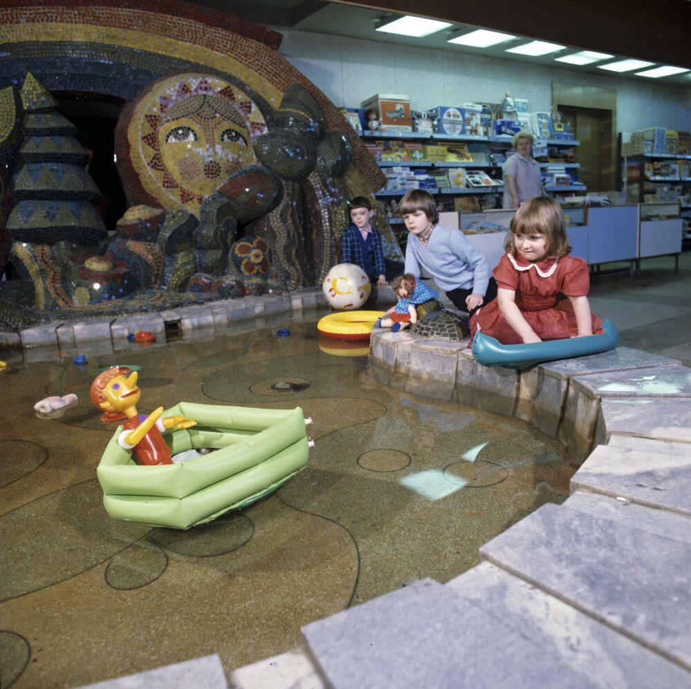 Děti si hrají v obchodím domě Dětský mír, 1986