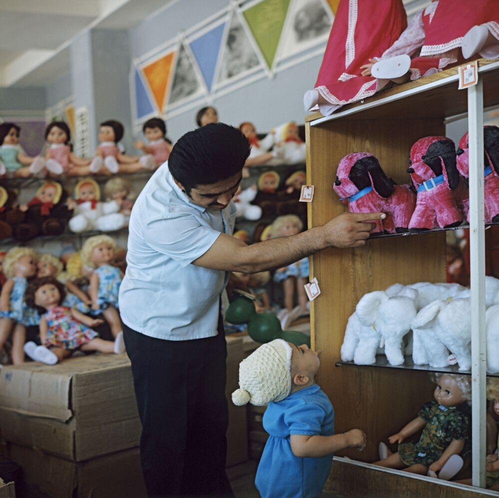 V obchodě Dětský mír, Taškent, Uzbekská SSR, 1974