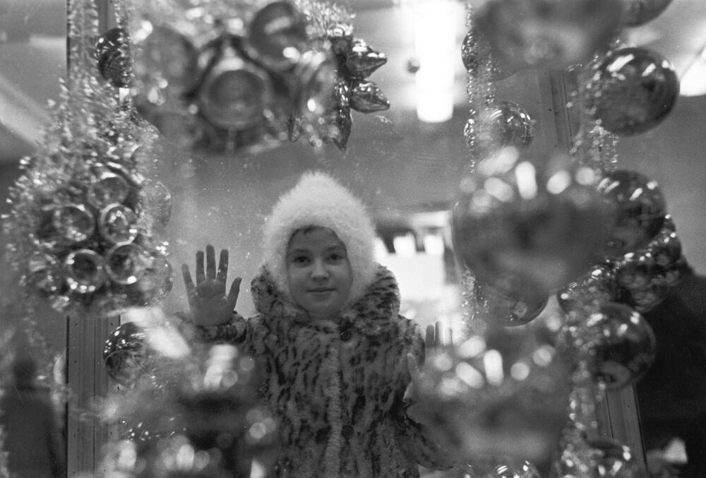 Holčička u vitríny obchodu Dětský mír, 1967 год