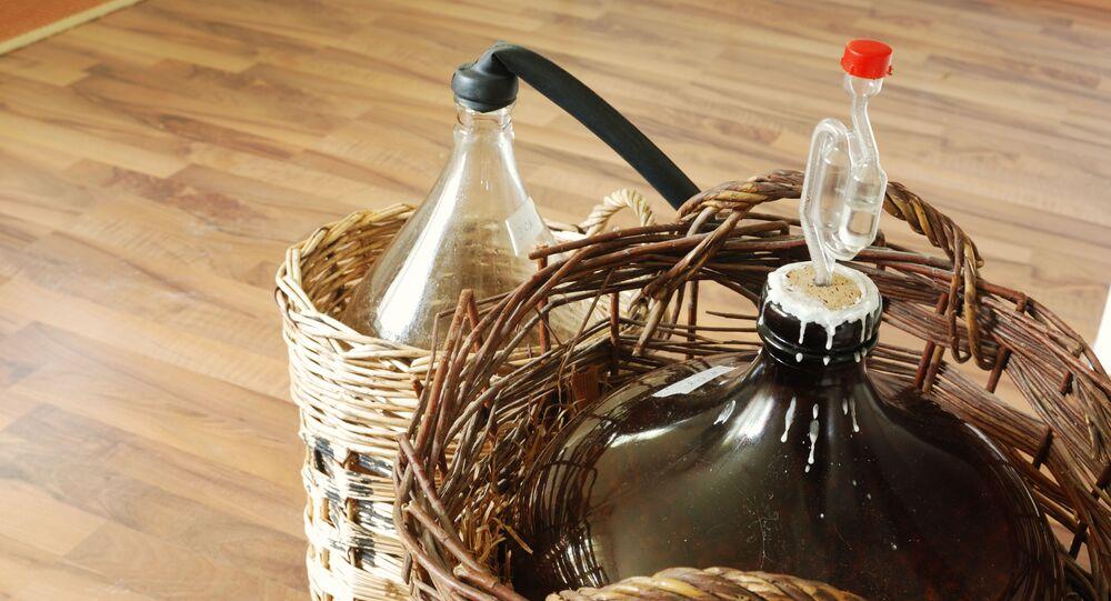 Výroba domácího alkoholu. Ilustrační foto