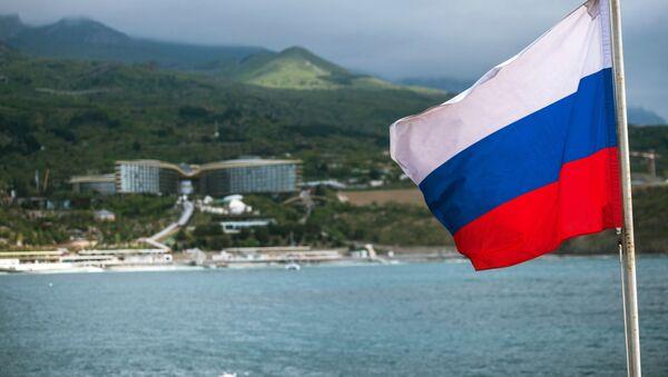 Ruská vlajka na lodi na Krymu - Sputnik Česká republika