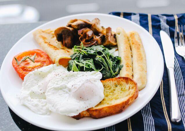 Pošírované vejce na talíři s jídlem