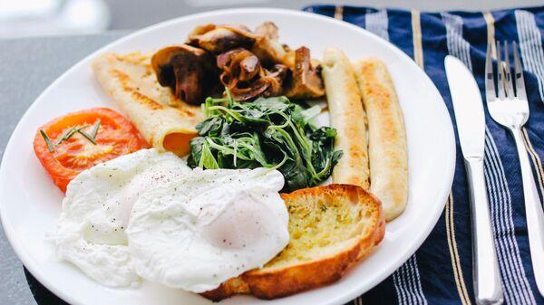 Pošírované vejce na talíři s jídlem - Sputnik Česká republika
