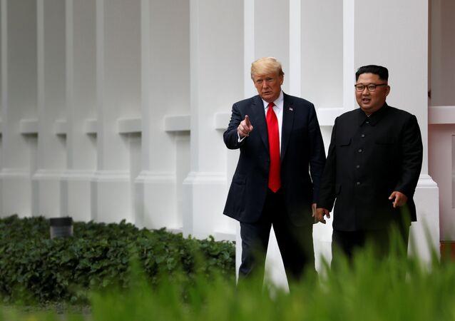 Donald Trump a Kim Čong-un na procházce po obědě v hotelu Capella