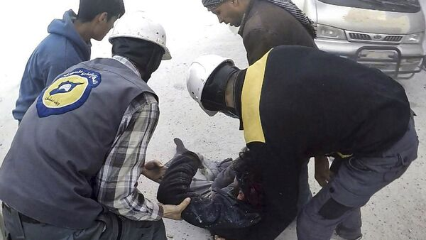 This photo provided by the Syrian Civil Defense White Helmets, which has been authenticated based on its contents and other AP reporting, shows members of the Syrian Civil Defense group helping a wounded man after airstrikes hit Ghouta, a suburb of Damascus, Syria, Thursday, March. 1, 2018 - Sputnik Česká republika