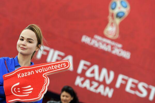 Dobrovolník festivalu fanoušků Světového poháru 2018 v parku fanoušků na nábřeží řeky Kazanka v Kazaňi - Sputnik Česká republika